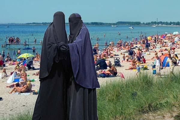burqas_on_brondby_beach